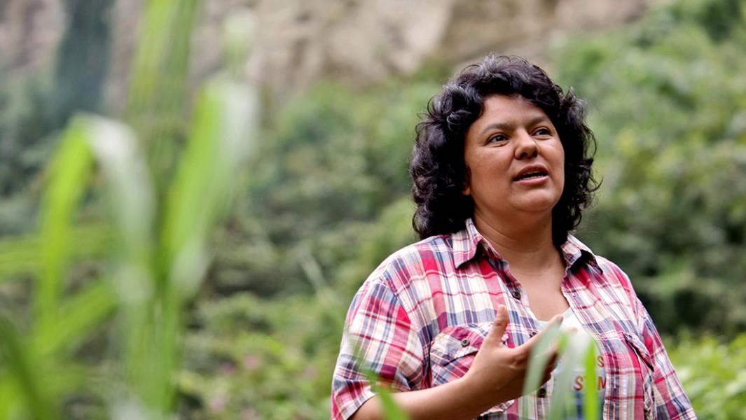 La activista medioambiental hondureña Berta Cáceres fue asesinada a balazos en 2016 debido a su campaña en contra de una represa hidroeléctrica. Foto: cortesía de The Goldman Environmental Prize.
