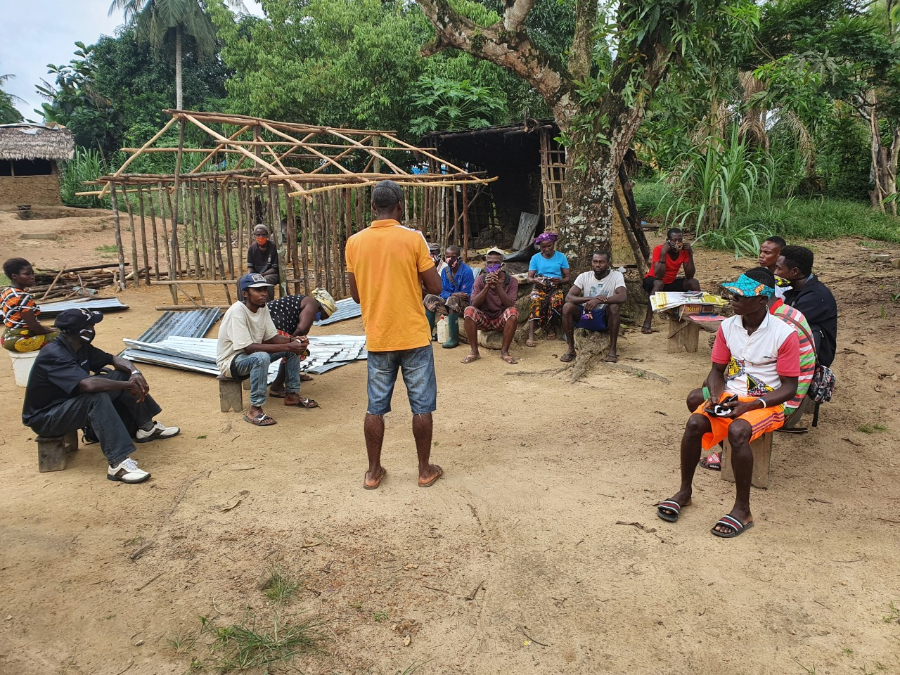 VPersonnel de SESDev en pleine campagne de sensibilisation auprès des communautés pendant le confinement dû à la COVID-19 dans le comté de Grand Kru, au Liberia. Photo : SESDev
