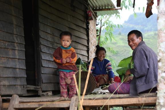Figure 1: A Kayan Hlahui family prepare food and bamboo ties (by Christian Erni)