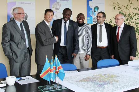 Le directeur de Cerene Claude Boisson avec le ministre de l'environnement du Congo Robert Bopolo Mbongeza