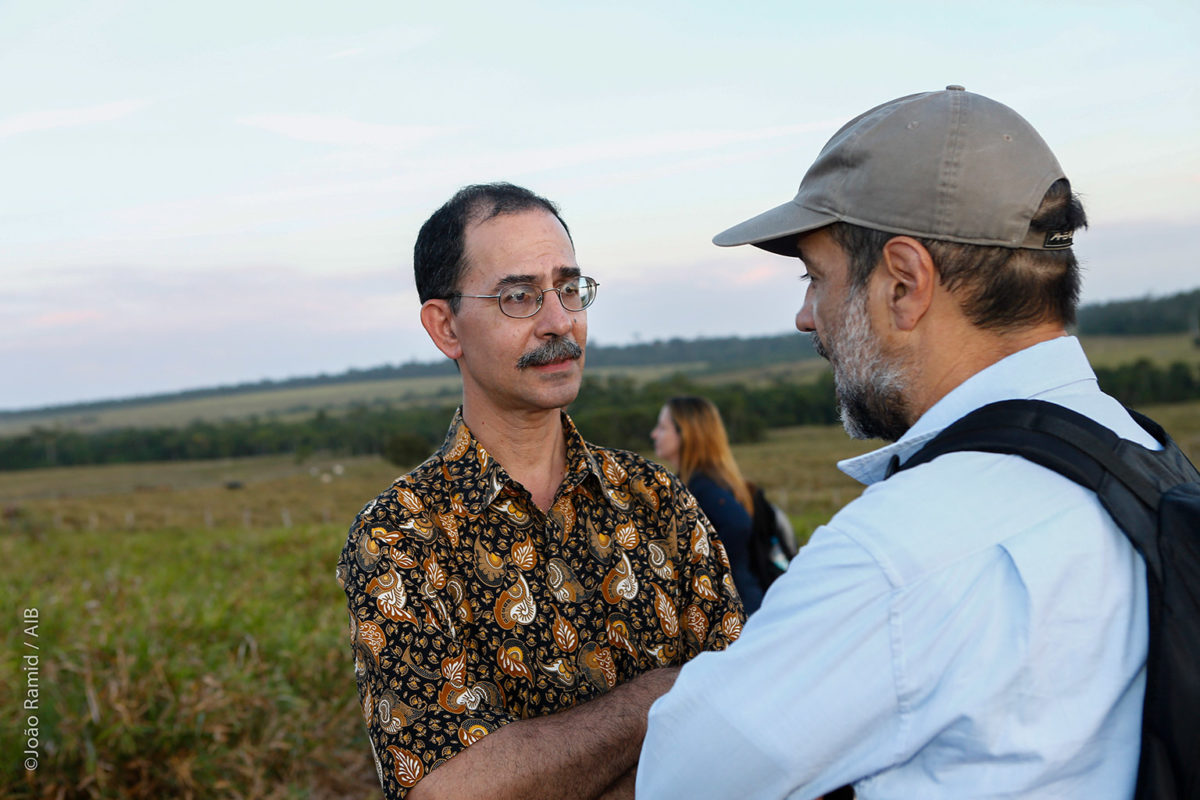 David Kaimowitz con un colega en Paragominas, Brasil. Foto: Margarita Antonio Matamoros.