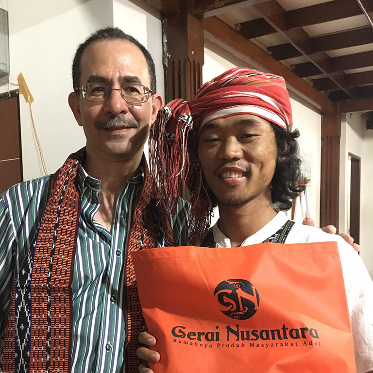 David Kaimowitz con un miembro de AMAN, Indonesia. Foto: Ade Aryani.