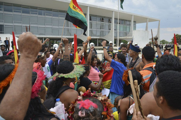'A terra é essencial para fazer as demais políticas para essas populações avançarem'. Na foto, indígenas e quilombolas protestam em Brasília, em 2015