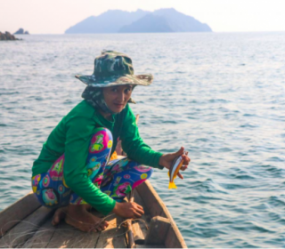A woman catches fish for her household off Tayawthahangyi Island in the Myeik Archipelago, Tanintharyi Region. (Conservation Alliance Tanawthari)