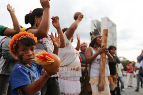Brasília – Índios guarani-kaiowá protestam em frente ao Palácio do Planalto contra retrocessos nas políticas de demarcação de terras |  Fabio Rodrigues Pozzebom/Agência Brasil