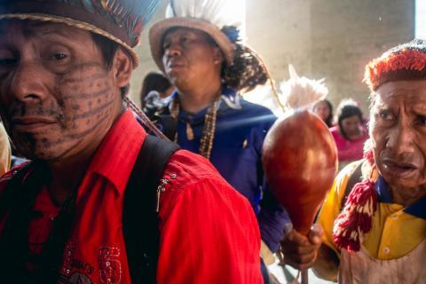 Indígenas protestam em frente ao Ministério da Justiça contra militarização da Funai (Foto: CIMI/Divulgação)