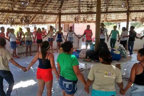 Foto: Comunidade de Tremembé da Barra do Mundaú durante celebração / Camila Garcia