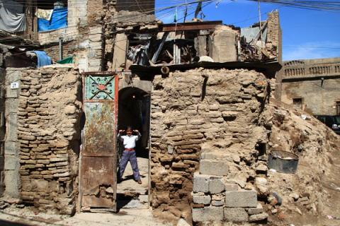 Enfant turkmène à Erbil dans une maison en ruines