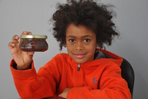 Préoccupé par la déforestation en Indonésie, le jeune Loïa Valade a créé une tartinade de chocolat sans huile de palme. ©Photo TC Media – Jean-Philippe Langlais
