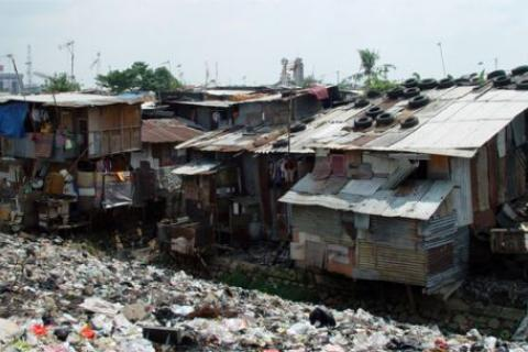 Informal settlements like this one in Jakarta often lack clean water supplies, waste collection or decent housing. There is an urgent need for investment in basic services and infrastructure (Photo: Wikipedia Commons)
