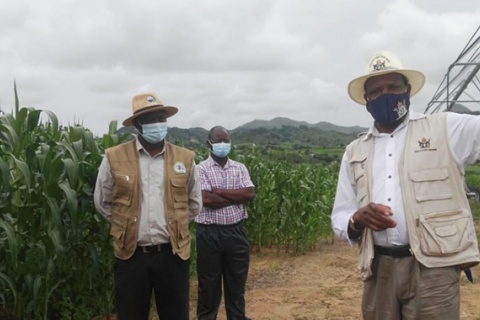 Lands, Agriculture, Water and Rural Ressetlement Minister Dr Anxious Masuka stressing a point to farmers at Siyalima Irrigation scheme in Guruve. Pictures by Fungai Lupande.