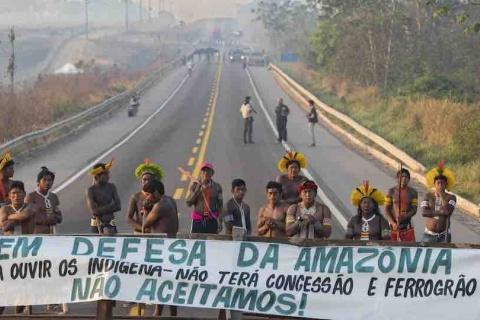 autochtone-bresil-kayapo-indigene-amazonie-manifestation-route-barrage-banniere.jpg