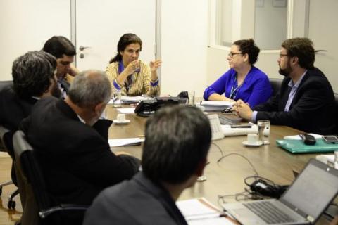 Maria Fernanda recebe relatório com áreas que podem ser destinadas à reforma agrária; Foto: Rony Sousa/MDA