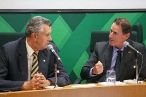 Deputado Luiz Carlos Heinze (PP-RS) conversa com o Presidente da Comissão Nacional de Assuntos Fundiários da CNA, Paulo Ricardo Dias