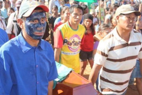 Foto: Hélio Freitas/CampoGrandeNews; Indios guarani-kaiowás carregam caixão com o corpo do jovem Aquileu, morto no MS